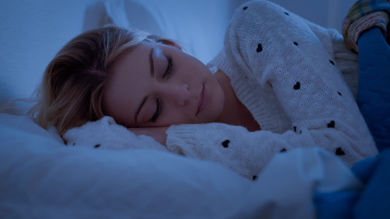 woman sleeping, suffering from parasomnias