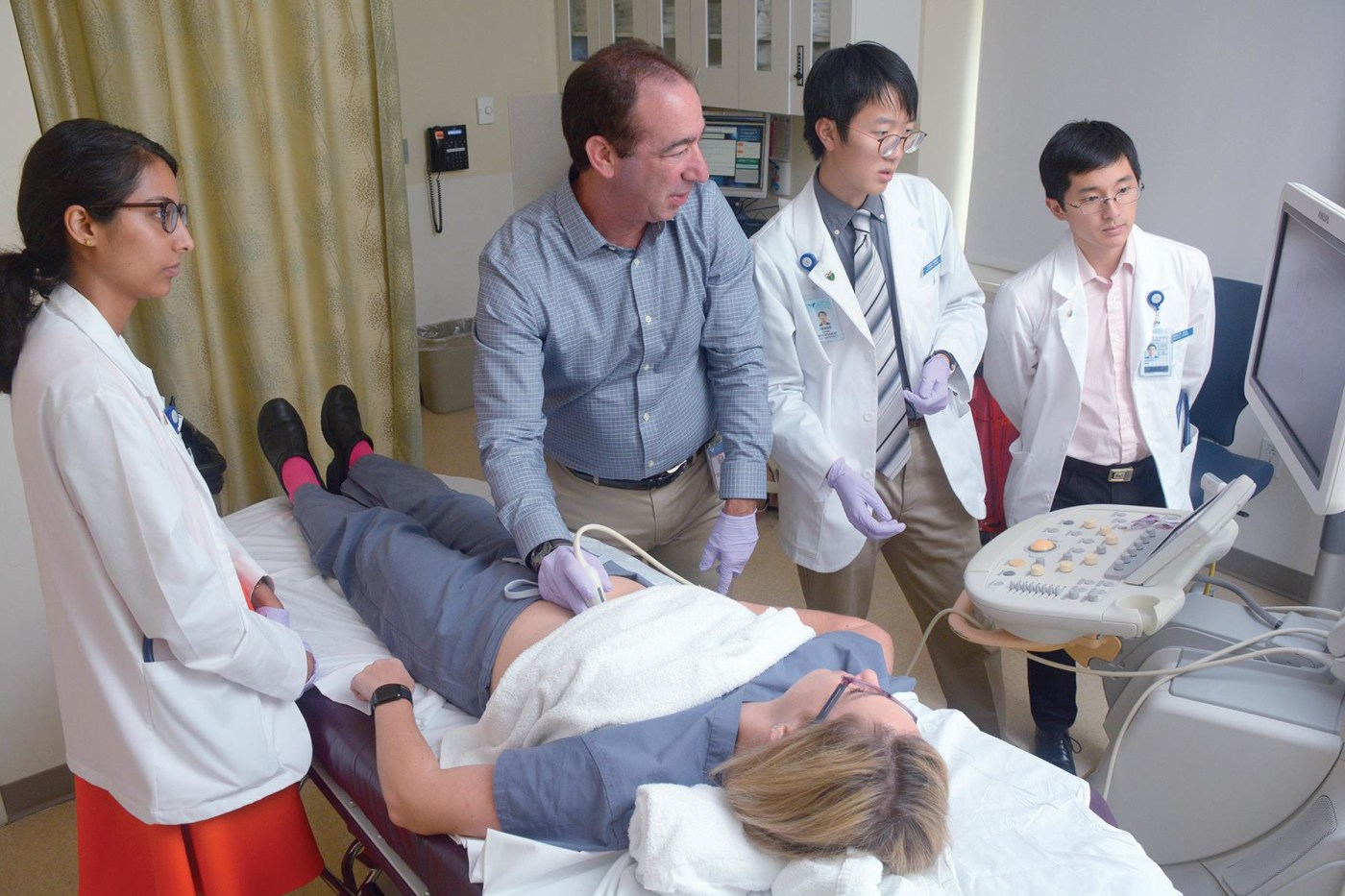 In August, first-years Nikitha Murali, Charles Hsu, and Dennis Wang, learned how to do ultrasounds under the tutelage of Jonathan Kirsch. Kim Siefert, a resident, played the role of patient