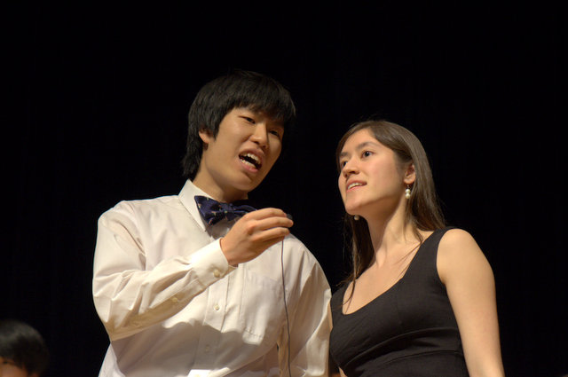 Allen Shih and Angela Gauthier, members of the Ultrasounds, the School of Medicine's a cappella group, performing at the Grannum Jamboree.